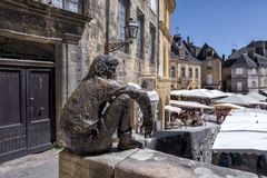 Мыслитель - Le Penseur на Ла Caneda Sarlat, Дордоне, Франции стоковое фото rf