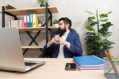 Мысль над новой стратегией бизнеса Планируя маркетинговая стратегия Зверский бизнесмен думает в офисе Зрелая польза человека стоковая фотография rf
