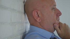 Мысль человека задумчивая в комнате офиса стоя с головой на стене стоковые изображения rf