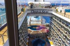 Мыс Канаверал, США - 29-ое апреля 2018: Променад, амфитеатр театра Aqua на вкладыше круиза или оазис корабля морей Стоковые Фото
