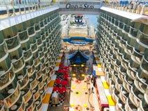 Мыс Канаверал, США - 29-ое апреля 2018: Променад, амфитеатр театра Aqua на вкладыше круиза или оазис корабля морей Стоковое Изображение