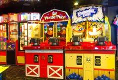 Мыс Канаверал, США - 30-ое апреля 2018: Торговые автоматы ` s детей на оазисе вкладыша туристического судна или круиза морей мимо Стоковая Фотография RF