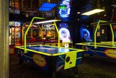 Мыс Канаверал, США - 30-ое апреля 2018: Торговые автоматы ` s детей на оазисе вкладыша туристического судна или круиза морей мимо Стоковое Изображение