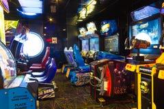 Мыс Канаверал, США - 30-ое апреля 2018: Торговые автоматы ` s детей на оазисе вкладыша туристического судна или круиза морей мимо Стоковое Изображение RF