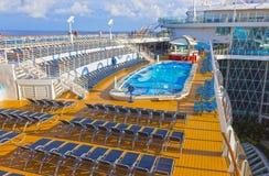Мыс Канаверал, США - 4-ое мая 2018: Верхняя палуба с бассейнами ` s детей на вкладыше круиза или оазисе корабля  Стоковое Изображение RF