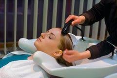 мытье волос Стоковая Фотография