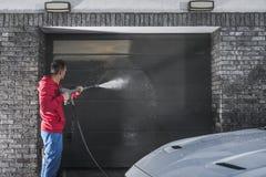 Мытье давления двери гаража стоковое изображение