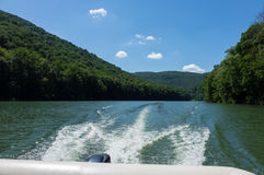 Мытье за быстроходным катером на озере Morgantown плутовк Стоковое Изображение RF