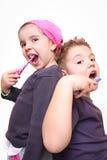 мытье зубов девушки мальчика Стоковые Изображения