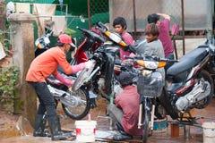 Мытье мотоцикла в Камбодже Стоковое Фото