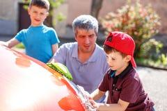 Мытье семейного автомобиля Стоковая Фотография RF