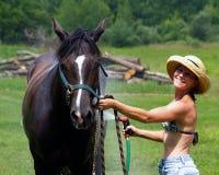 мытье 2 краткостей лошади шлема девушки Стоковое Изображение RF