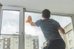 Мытье Windows человека Стоковые Изображения