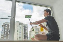 Мытье Windows человека Стоковое фото RF
