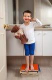 мыть зубов игрушечного мальчика медведя Стоковые Изображения RF