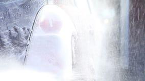 Мыть пакостный автомобиль с пеной сток-видео
