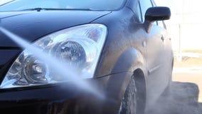 Мыть пакостный автомобиль с пеной видеоматериал