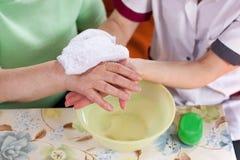 мыть пациента s нюни рук старые Стоковое Фото