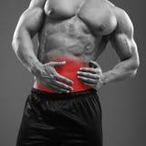 Мышечная боль человека в левой стороне брюшка стоковая фотография