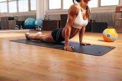 Мышечная женщина делая протягивающ тренировку в спортзале Стоковое Изображение RF