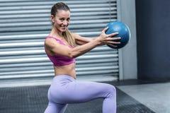 Мышечная женщина делая тренировки шарика Стоковые Фото