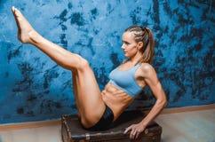 Мышечная женщина фитнеса, здоровый образ жизни, культурист креста подходящий, атлетическое тело ` s, конец вверх детенышей с штан Стоковые Изображения