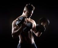Мышечное поднятие тяжестей человека Стоковые Фотографии RF
