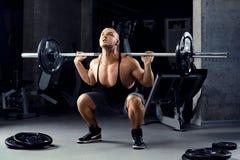 Мышечные люди поднимая Deadlift в спортзале Стоковые Изображения