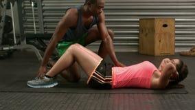 Мышечные пары делая подбрюшные тренировки видеоматериал