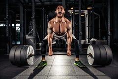 Мышечные люди поднимая Deadlift Стоковое фото RF