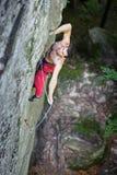 Мышечный альпинист утеса взбирается на стене скалы с веревочкой Стоковая Фотография RF