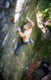 Мышечный альпинист утеса взбирается на стене скалы с веревочкой Стоковое Фото