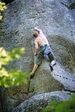 Мышечный альпинист утеса взбирается на стене скалы с веревочкой Стоковые Фото
