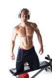 Мышечный без рубашки молодой человек работая при изолированные весы Стоковая Фотография