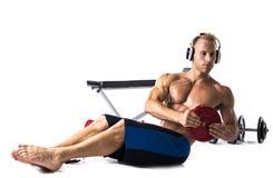 Мышечный без рубашки молодой человек работая при изолированные весы Стоковое Фото