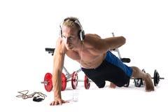 Мышечный без рубашки молодой человек работая при изолированные весы Стоковое фото RF