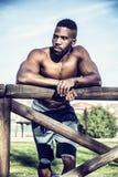 Мышечный без рубашки чернокожий человек в парке стоковая фотография rf