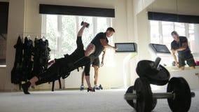 Мышечный инструктор фитнеса работает при спортсмен нося костюм ems сток-видео