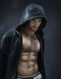 Мышечный и красивый спортсмен делая мышцы Стоковые Фотографии RF