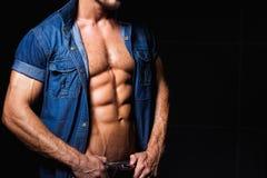 Мышечный и сексуальный молодой человек в рубашке джинсов с Стоковые Изображения