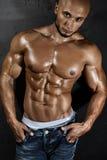 Мышечный молодой сексуальный парень представляя в студии Стоковые Изображения