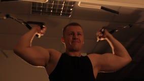 Мышечный парень культуриста делая тренировки видеоматериал