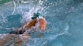 Мышечный пловец делая передний ход в бассейне видеоматериал