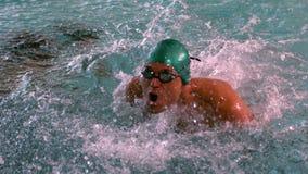 Мышечный пловец делая ход бабочки в бассейне акции видеоматериалы