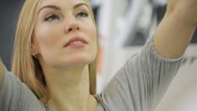Мышечный спортсмен женщины, поезда на задней части, акции видеоматериалы