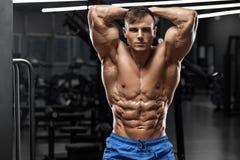 Мышечный человек показывая abs мышц, сформировал подбрюшное Сильный мужской нагой торс, разминка стоковая фотография rf