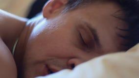 Мышечный человек спать в стороне кровати на подушке в рано утром акции видеоматериалы