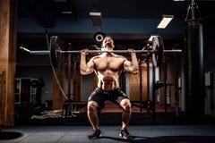 Мышечный человек фитнеса делая deadlift штанга над его головой в современном фитнес-центре Функциональная тренировка Стоковое Изображение RF