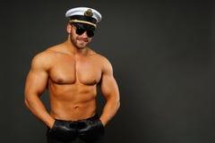 Мышечный человек в крышке капитана Стоковая Фотография