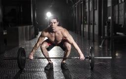 Мышечный человек делая тренировку crossfit в спортзале Острословие Crossfit стоковое изображение